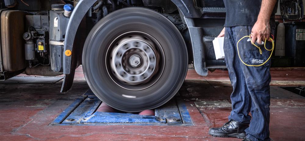 משאית בבדיקת בלמים לפני הכנה לטסט
